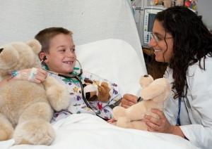 La pediatra con un niño en la cama de un hospital (Foto cedida por el Centro Médico Hurley)