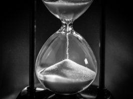 Hourglass (© Shutterstock)