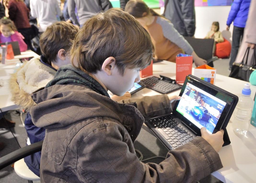 Дети сидят за столом с ноутбуками (Shutterstock)
