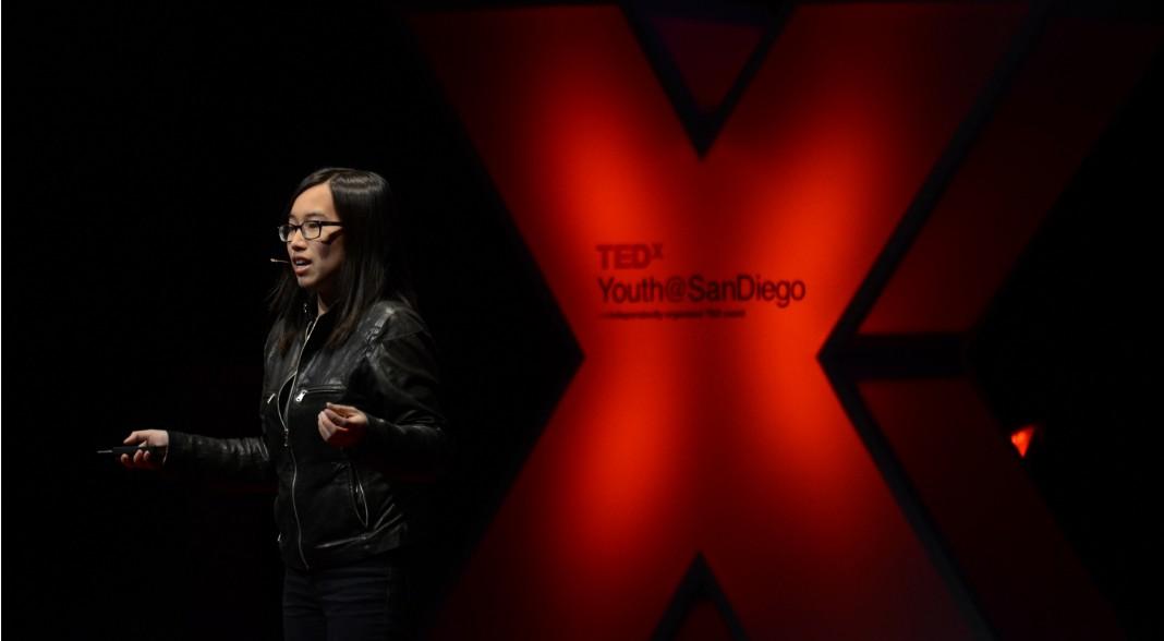 Иден Фулл выступает с презентацией (Flickr/TEDxYouthSD)