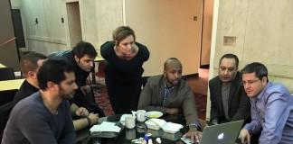 شرکت کنندگان در برنامه رهبری بازدیدکنندگان بین المللی (IVLP) دور یک میز جمع شده و به لپ تاپ نگاه می کنند. (فیسبوک/جورگن هاوارد شولم)