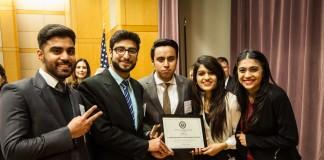 Estudiantes paquistaníes muestran el premio otorgado a su equipo (Depto. de Estado)
