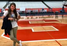 یک زن جوان خندان در زمین بسکتبال (عکس اهدایی از ایزابلا توکچتون)
