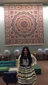 دنیا ناصر در سازمان ملل زیر یک فرش ایرانی ایستاده است. (عکس اهدایی)