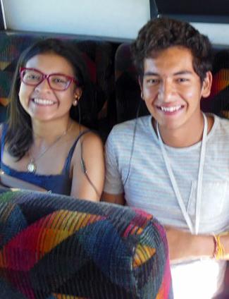 Joven sonriente vistiendo una camiseta y sentado junto a una compañera (Foto cedida por Mario Carrillo)