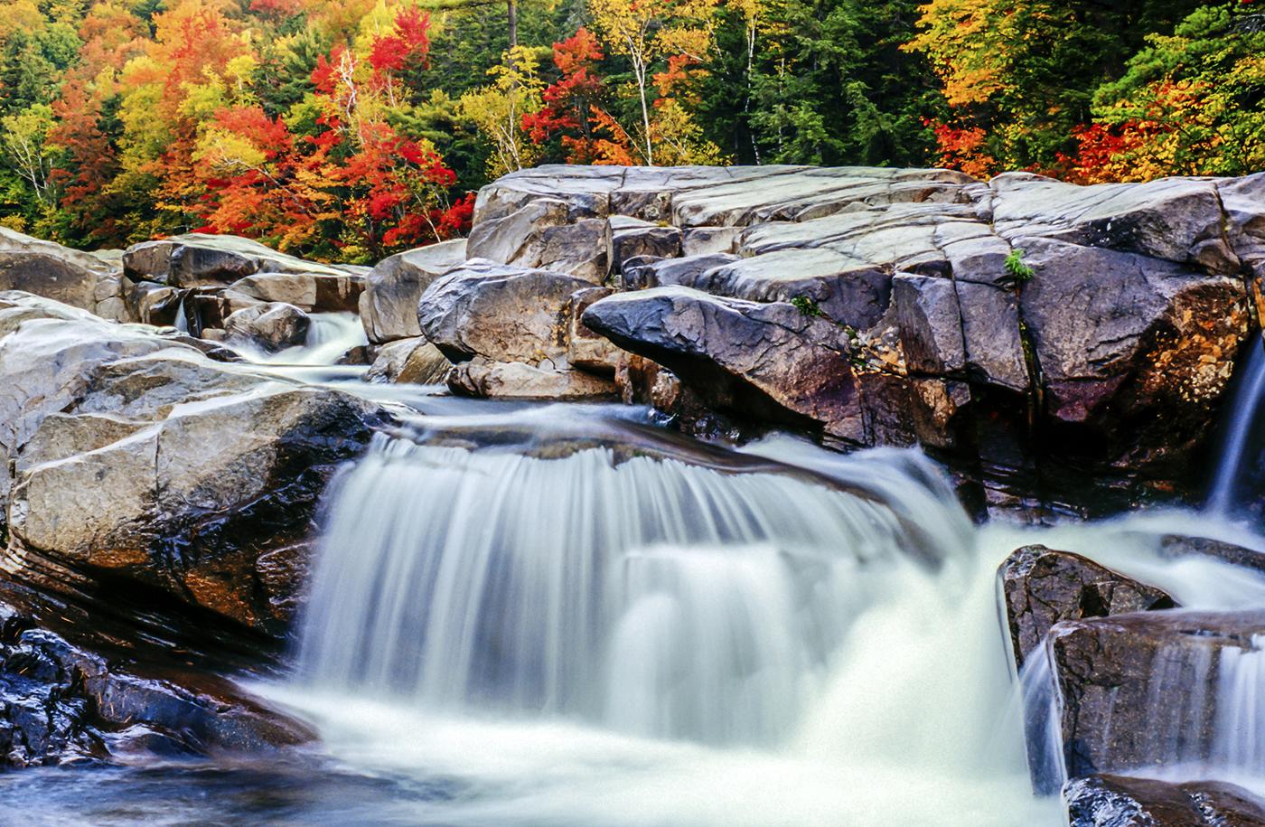 آبشاری با برگ های پاییزی در پس زمینه آن. (Thinkstock)