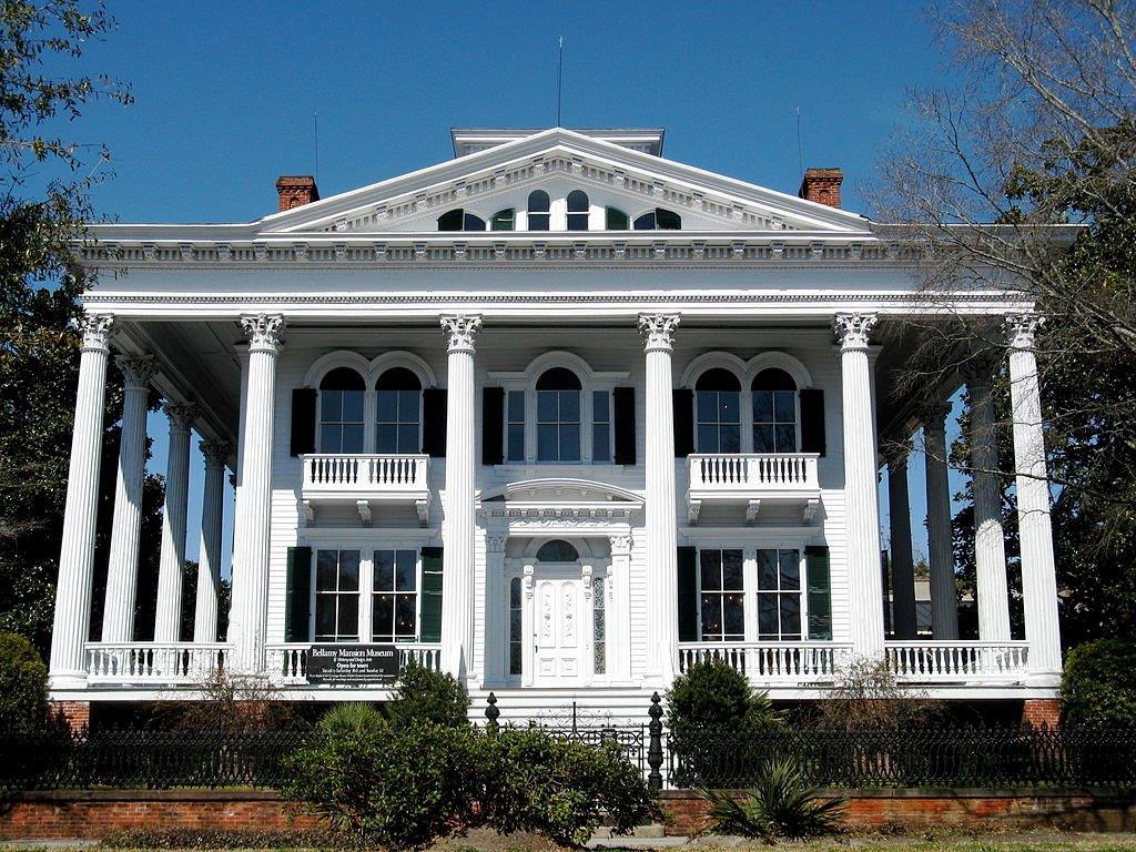 Photo d'une grande propriété avec de majestueuses colonnes (Jcolucci1/Creative Commons)
