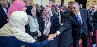 پرزیدنت اوباما در حال دست دادن با زنی در میان جمعیت (کاخ سفید)