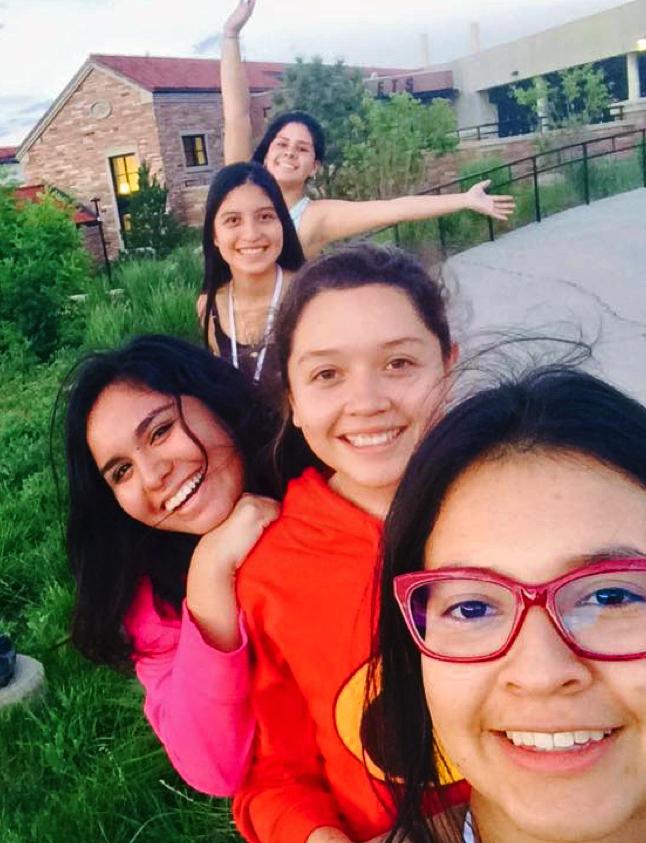 Cinco chicas adolescentes posando para foto al aire libre (Foto cedida por Danae Ortiz)