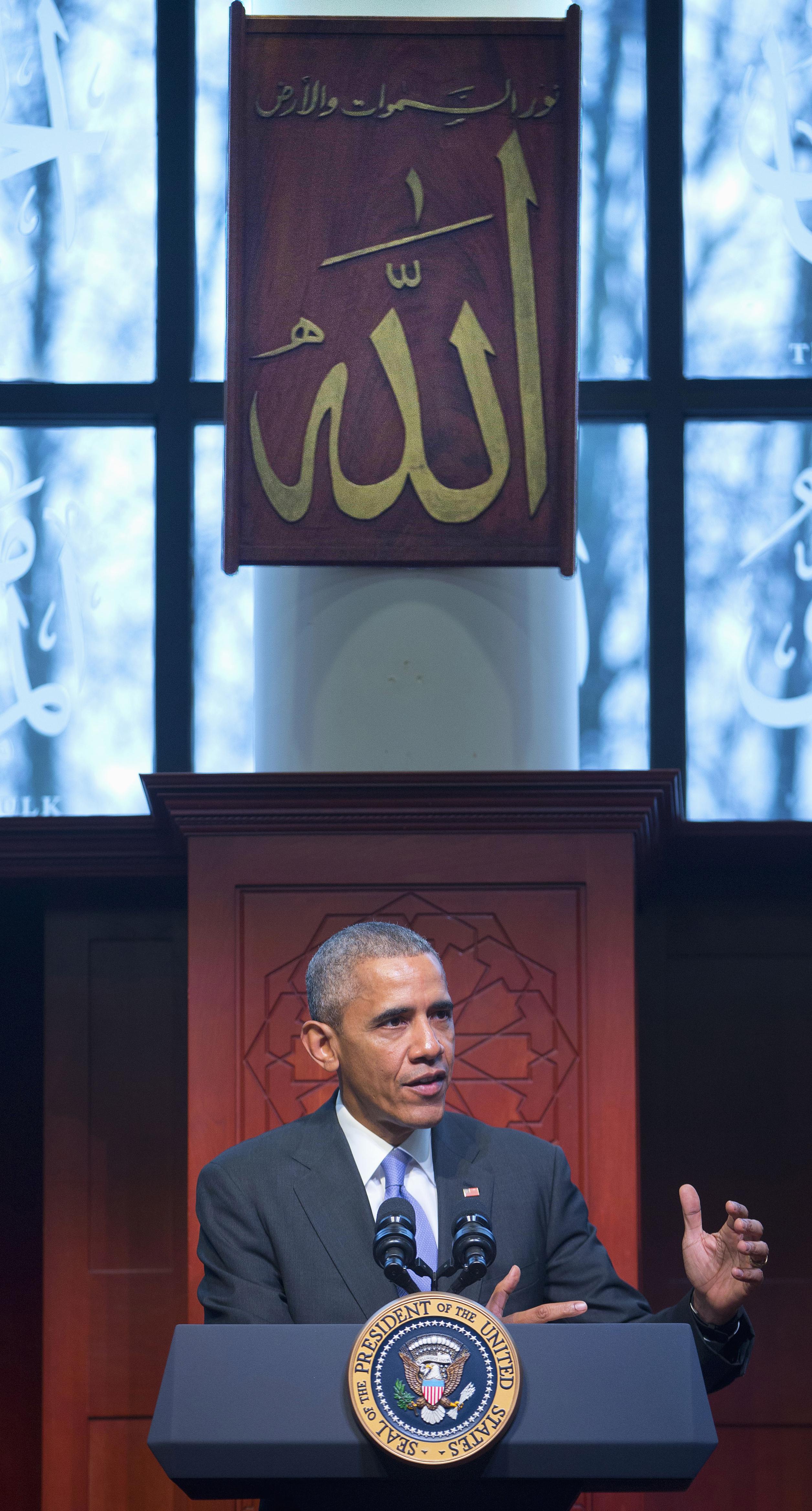 Le président Obama à un pupitre (© AP Images)