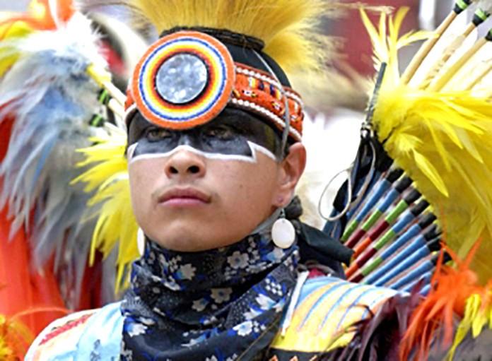 مرد جوانی که یک لباس سنتی بسیار پرکار و فاخر پوشیده است (اهدایی از شرکت زمین قرمز)