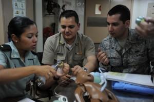 Un groupe de médecins s'exerce à une procédure médicale sur un mannequin. (DOD)