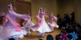 زنان روی یک سن در برابر گروهی از مردم برای گرامیداشت نوروز می رقصند. (Flickr/Reed George)