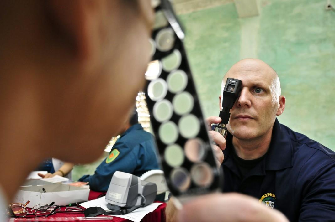 Un patient regardant à travers différentes lentilles devant un médecin (DOD)