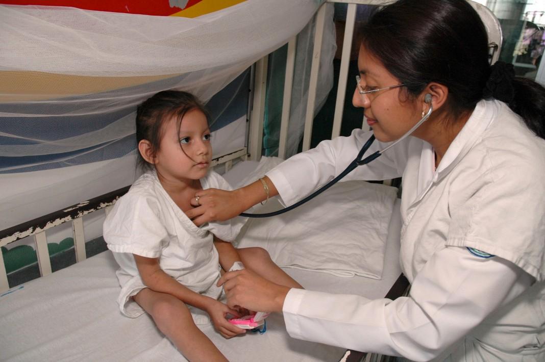 Doctor examining young child (Pan American Health Organization)