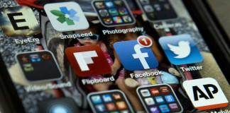 صفحه مانیتور یک تلفن همراه با برنامه های کاربردی توئیتر و فیسبوک (عکس از آسوشیتدپرس)