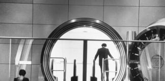 یک مشتری از درون حفره گاوصندوق بانک هونگ کونگ و شانگهای نگاه می کند. (عکس از آسوشیتدپرس)