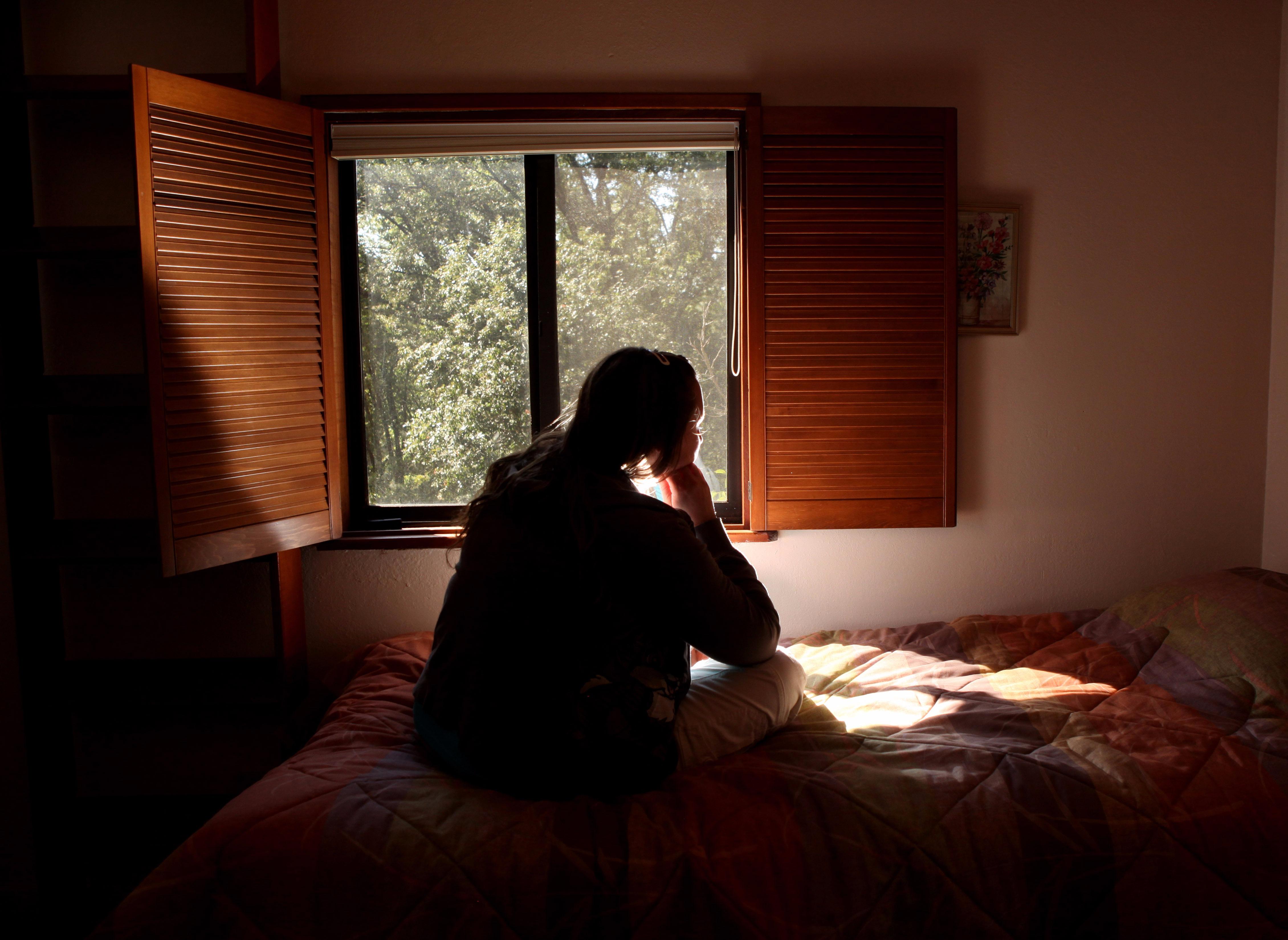 Resultado de imagen de imagenes de mujer mirando por la ventana