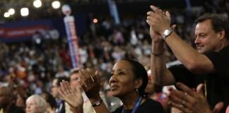 Delegados animando a un candidato durante una convención (© AP Images)