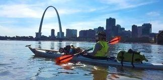 Alyssum Pohl, de dos, assise dans son kayak, en train de regarder la Gateway Arch de St-Louis. (Leanne Davis)