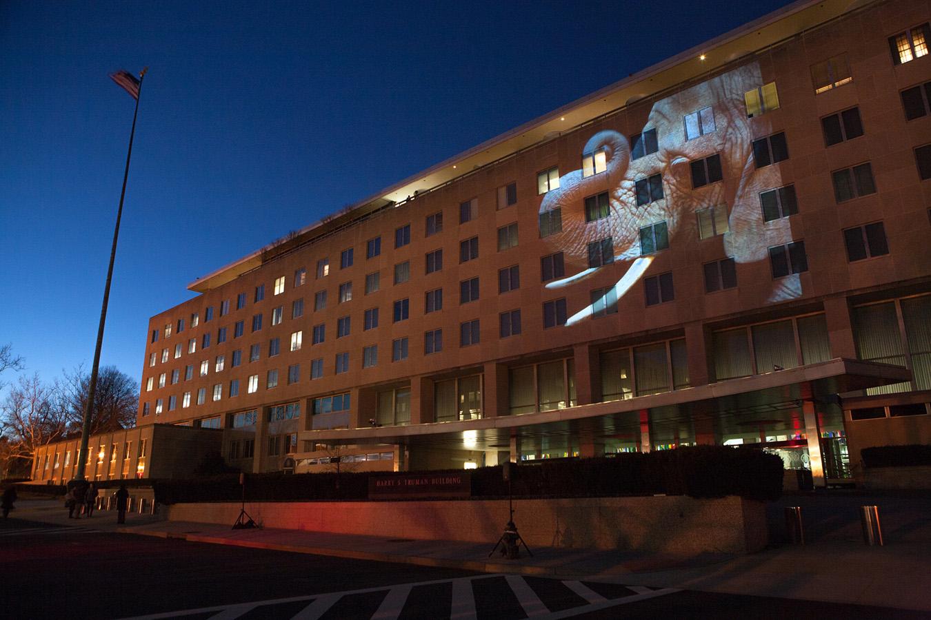 Foto de elefante proyectada en fachada de un edificio (Depto. de Estado/D.A. Peterson)