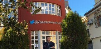 خوزه آنتونیو رودریگز سالاس در برابر یک ساختمان (عکس اهدایی از خوزه آنتونیو رودریگز سالاس)