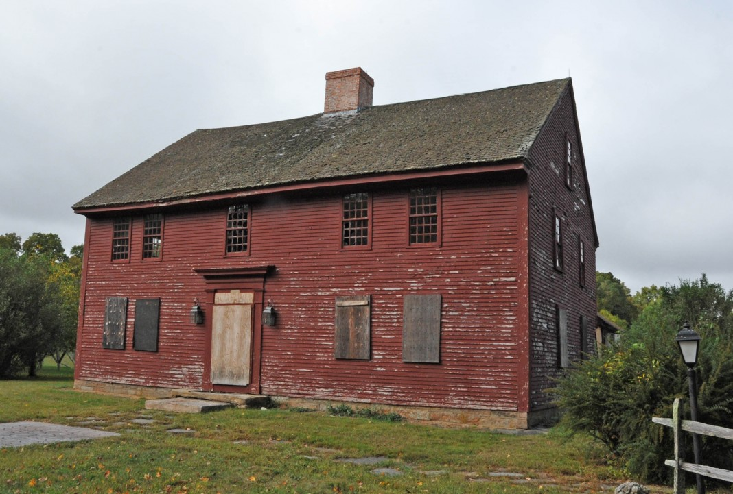 The boarded-up John Randall House in Connecticut (Jerrye & Roy Klotz via Wikimedia Commons)