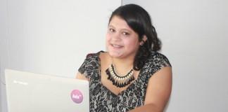 Woman typing on a laptop computer (María Celeste Medina)