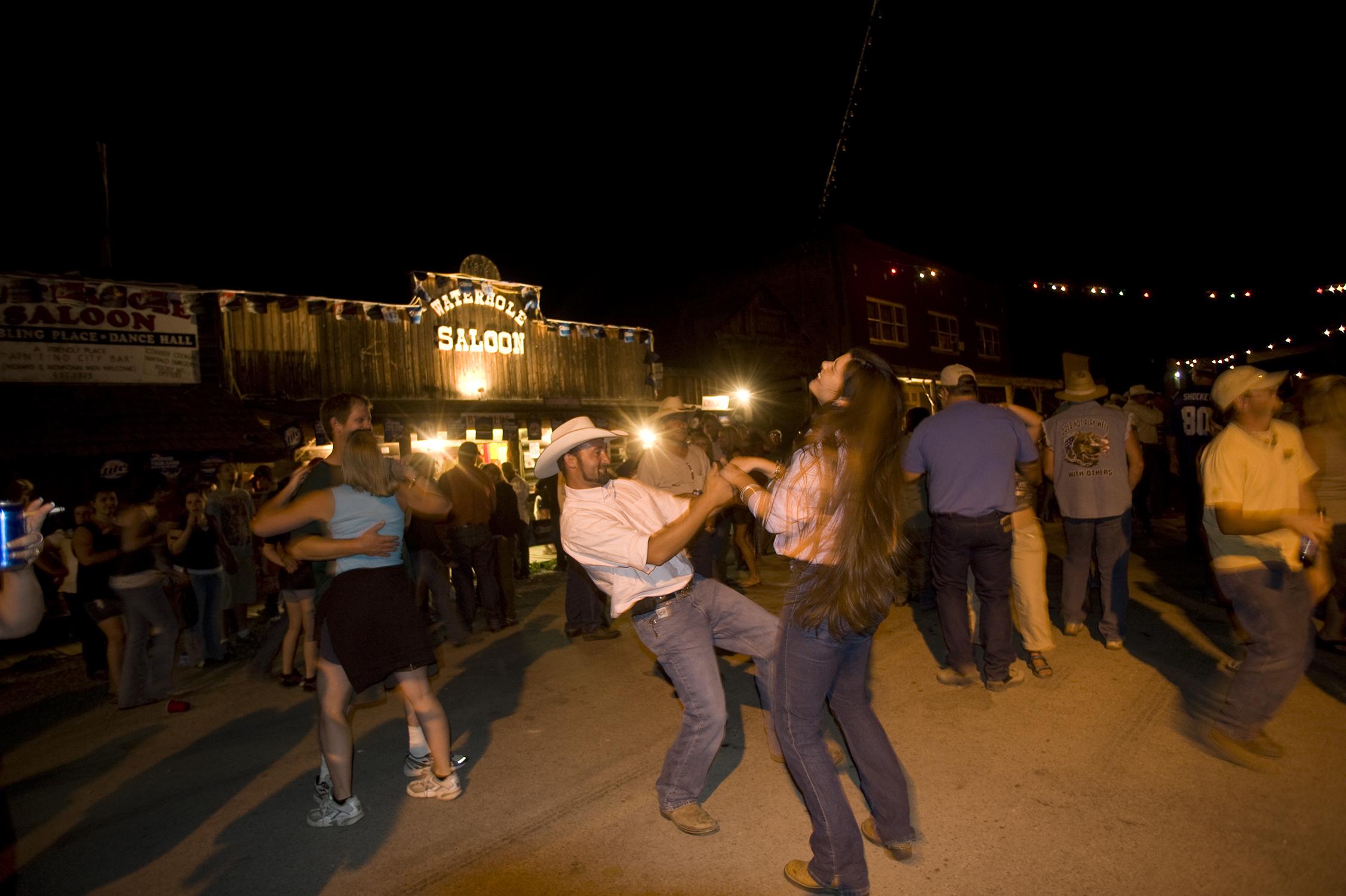 یک زوج در خیابان در حال رقصیدن هستند (عکس تقدیمی از دفتر گردشگری مونتانا)