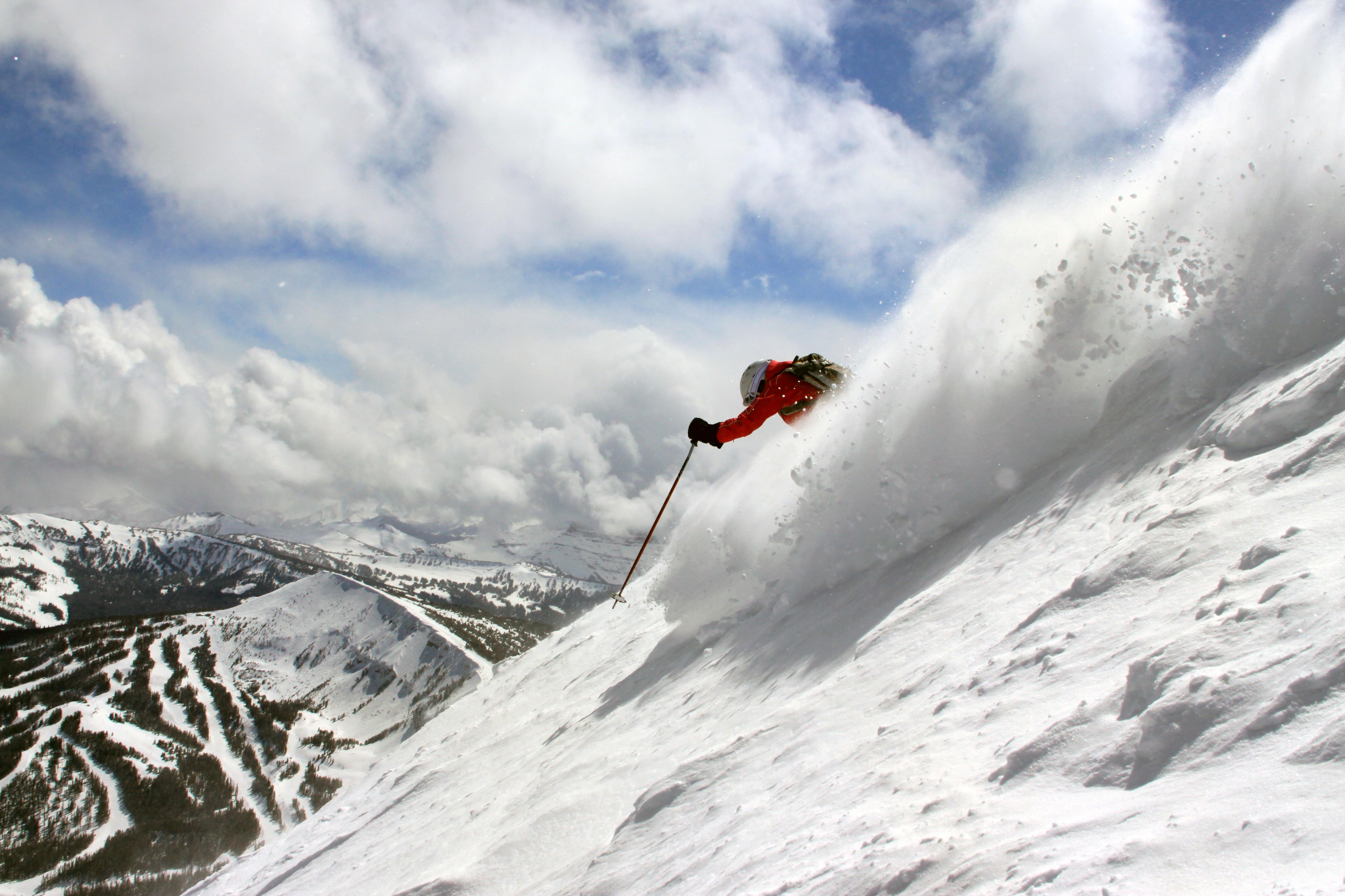 فردی که با اسکی از بالای کوه به پایین می آید (عکس تقدیمی از دفتر گردشگری مونتانا)