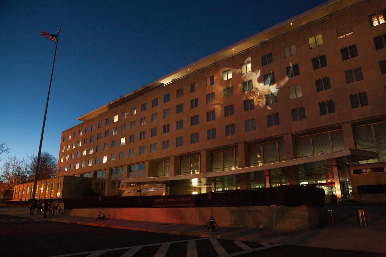 Foto de rinoceronte proyectada en fachada de un edificio (Depto. de Estado/D.A. Peterson)