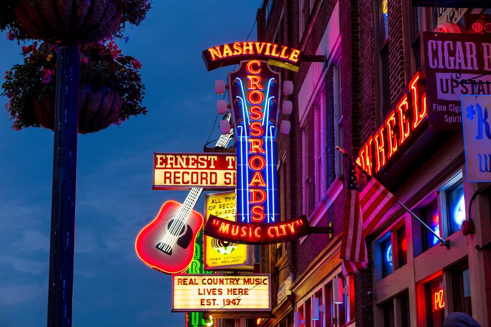 Brillantes anuncios fluorescentes que penden de un edificio promueven la escena musical de Nashville.