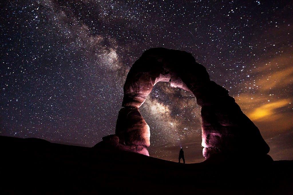 Un puente de piedra en una noche estrellada (Arches National Park/Creative Commons)