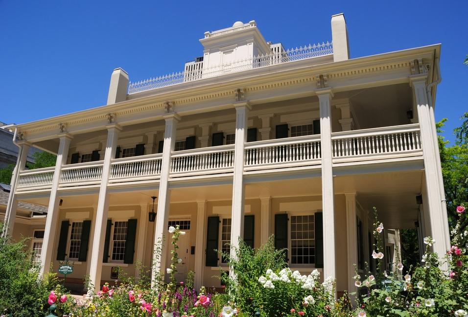 Vista frontal de la mansión histórica (Shutterstock)