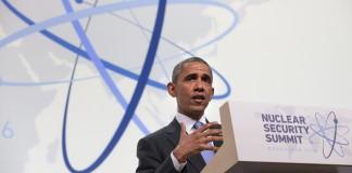 El presidente Obama de pie ante un atril (© AP Images)