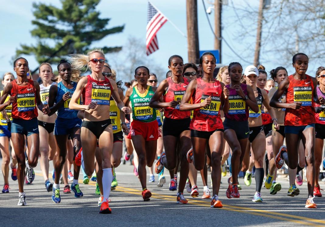 Des femmes, portant des dossards à leur nom, participent à une course à pied (© AP Images)