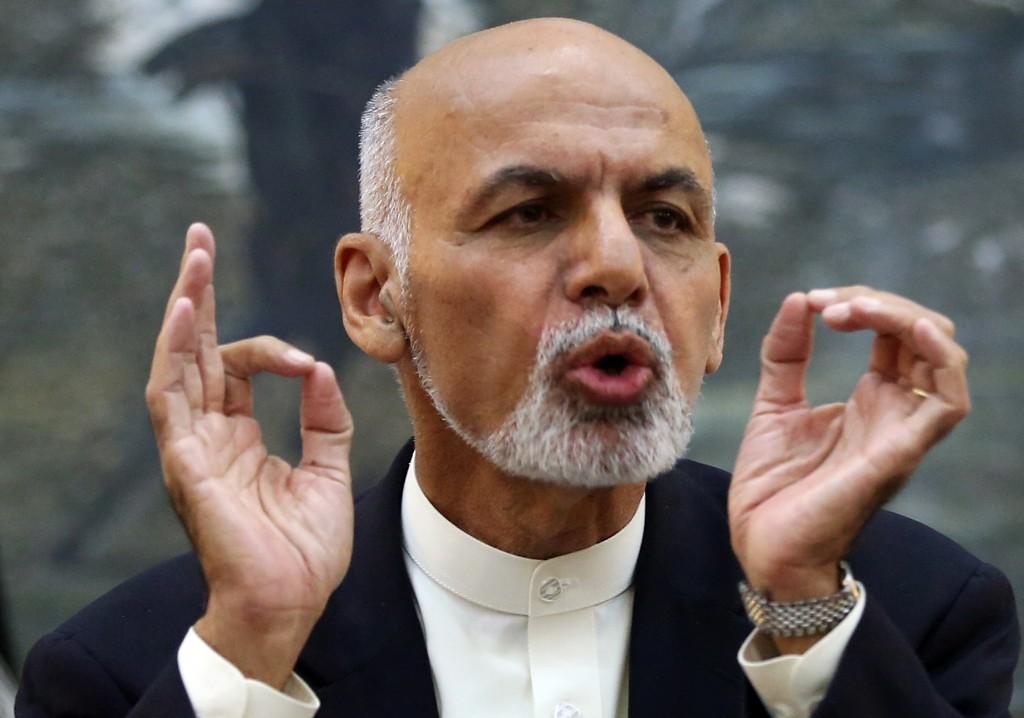 Presiden Afghanistan Ashraf Ghani berbicara dan memberi isyarat (© AP Images)