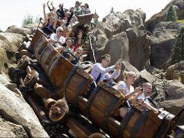 Personas animadas en una montaña rusa (© AP Images)