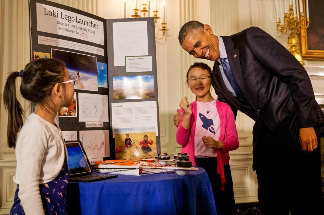El presidente Obama abraza a una niña junto a su proyecto (© AP Images)