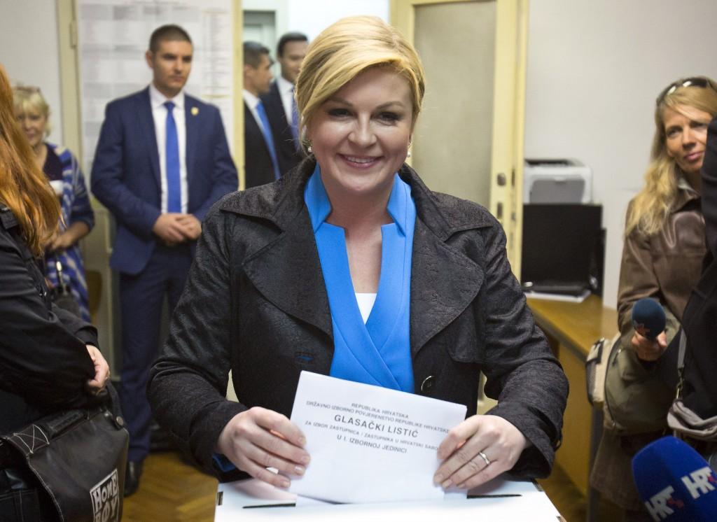 Presiden Kroasia Kolinda Grabar-Kitarović sedang memberikan suara (© AP Images)