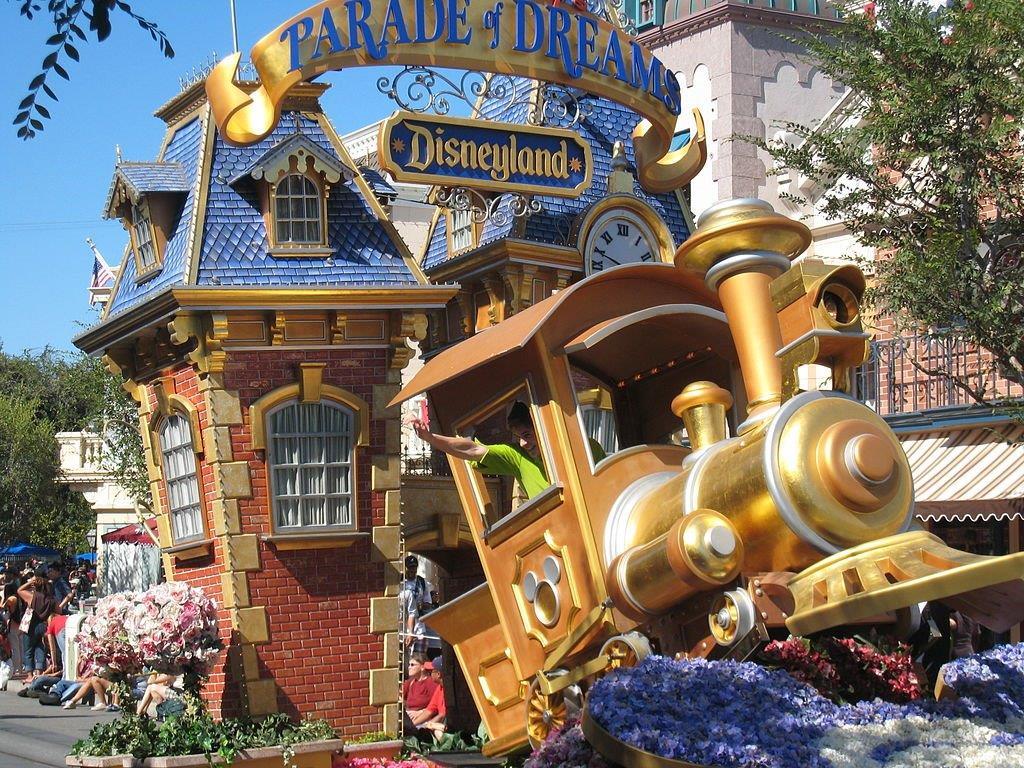 Disney parade float (Eqdoktor/Creative Commons)
