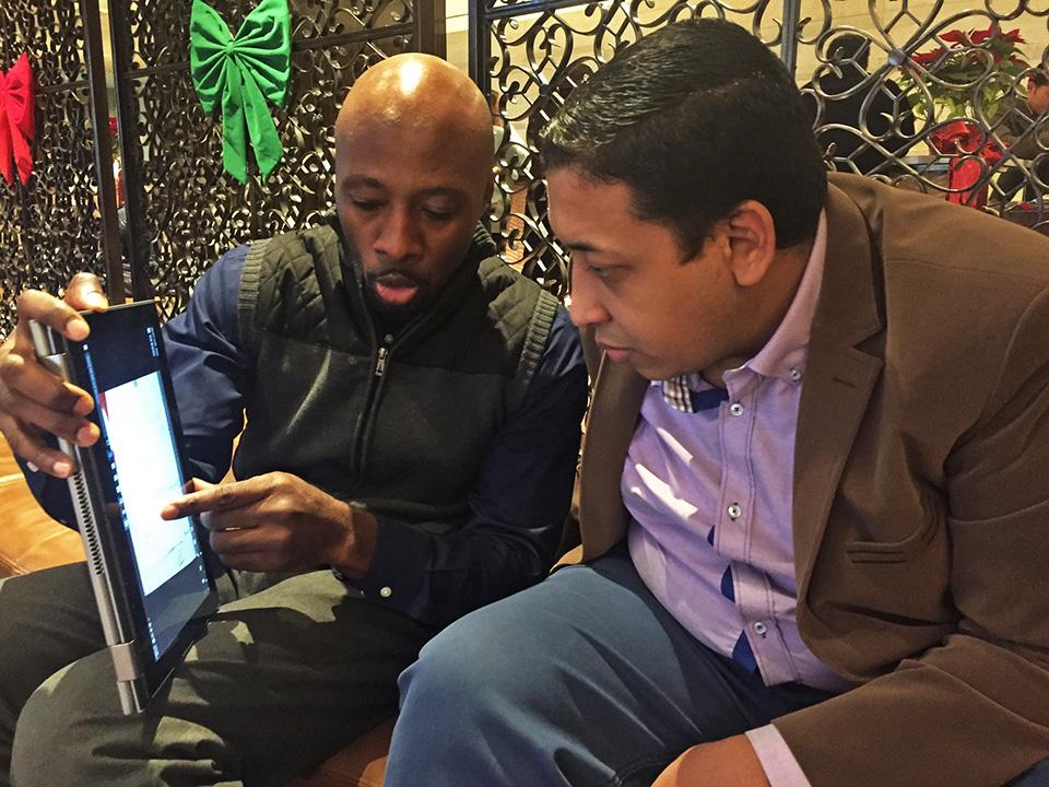 Un empresario estadounidense y uno egipcio sentados mirando una tableta (foto cedida por RISE Egypt)
