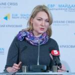 Maria Ionova hablando ante los micrófonos (Foto cedida por Centro de Medios de la Crisis en Ucrania).