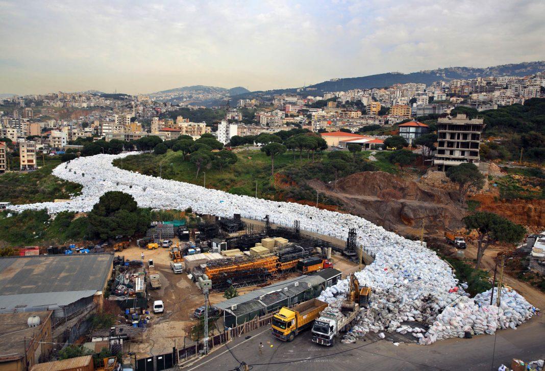 Long mounds of trash in Beirut (© AP Images)