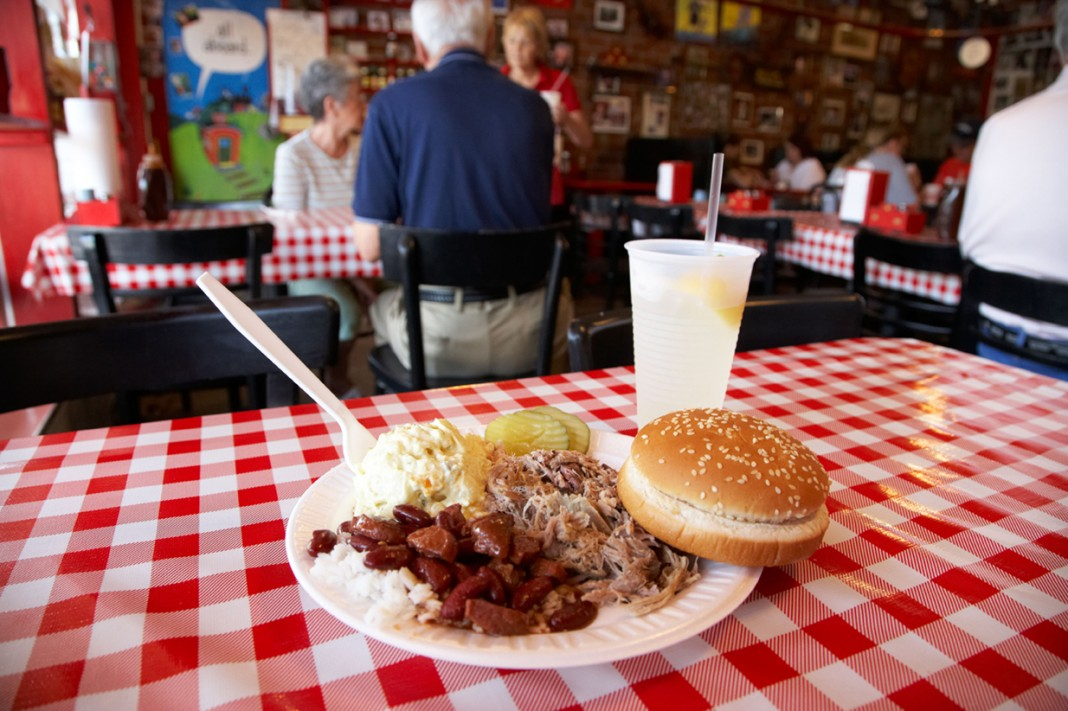 Un plato de carne asada con acompañamiento sobre la mesa (© Radharc Images / Alamy Stock Photo)