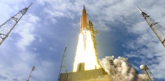 Artist's conception of new NASA rocket lifting off from launch pad (NASA/MSFC)