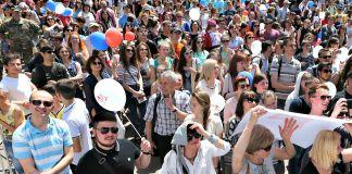 حشد من الناس يصغون إلى المدرس داخل قاعة U.S. Embassy Kyiv