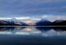 بازتاب تصویر کوهستان ها و ابرها در دریاچه (عکس اهدایی از خدمات پارک های ملی)