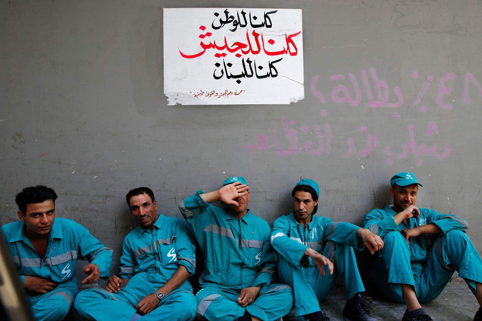 Работники компании по вывозу мусора (Бейрут, Ливан) (© AP Images)