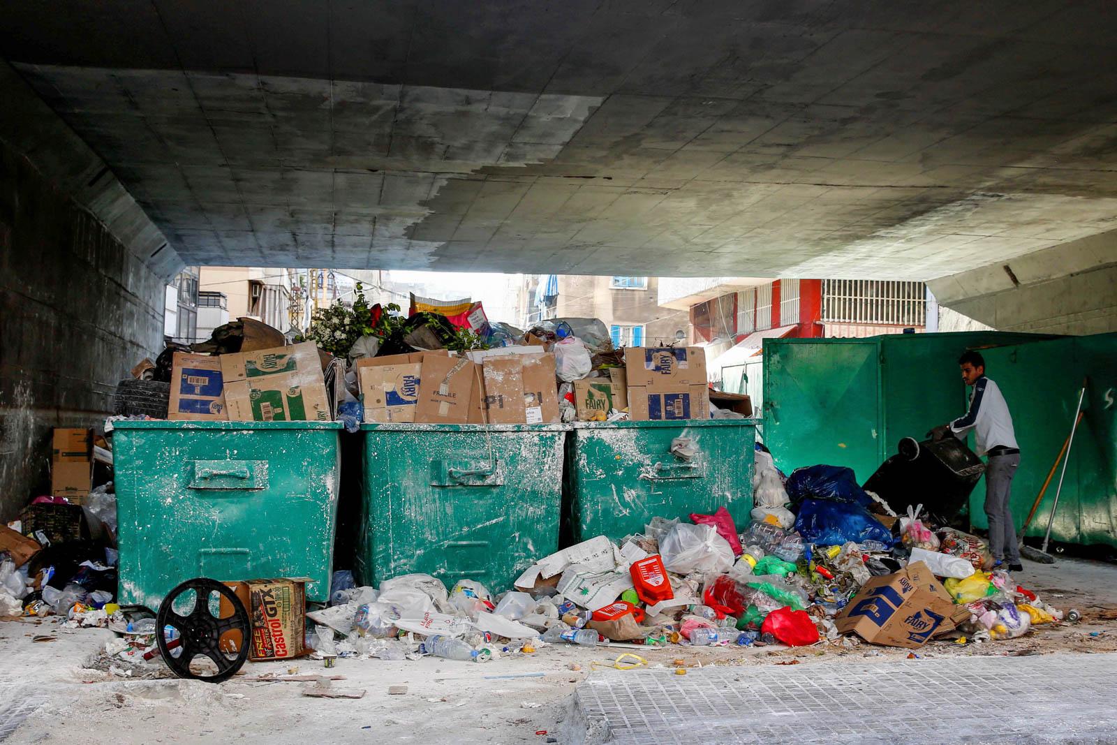 Переполненные мусорные контейнеры в Ливане (© AP Images)